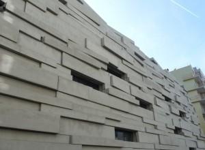 Vue d'ensemble du mur extérieur d'une salle de sport, région parisienne.